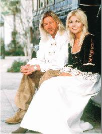 Karl Reiter und seine Ehefrau sitzend und in die Kamera lachend