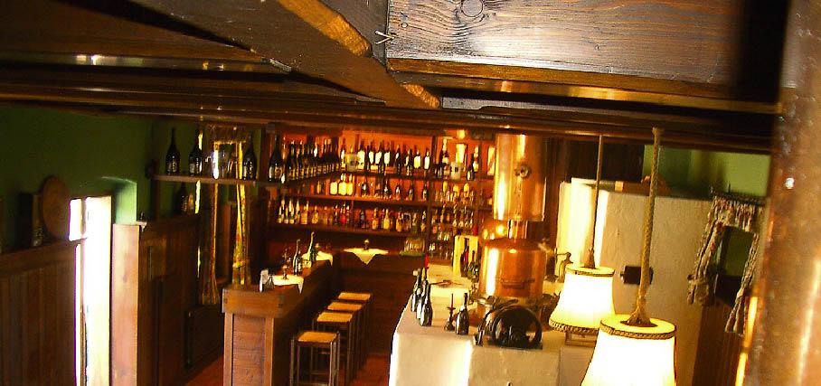 EinAusschnitt einer Bar ist zu sehen in schummriges licht gehüllt