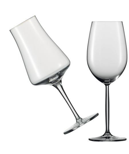 zwei Weingläser in verschiedener Form und leer vor einem weißen Hintergrund