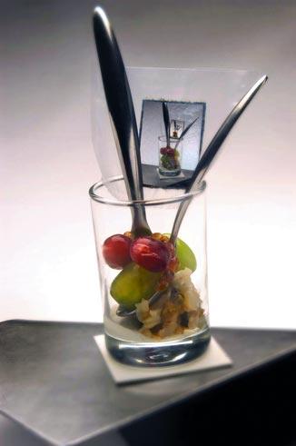 essbares Papier, Obst und Nüsse werden in einem Glas serviert