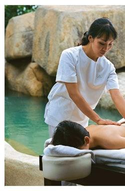 ein Herr geniesst eine Massage unter freiem Himmel