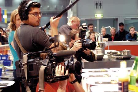 ein Blick hinter die Kulissen, Fotografen, Tontechniker und Kameraleute sind zu sehen