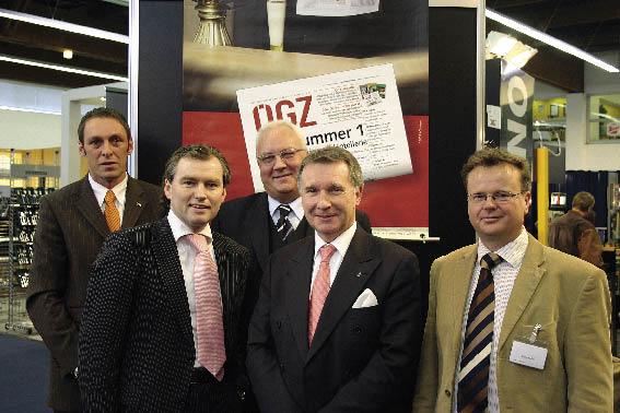 Toni Mörwald in einer Gruppe von fünf Herren in Anzügen posierend für das Foto