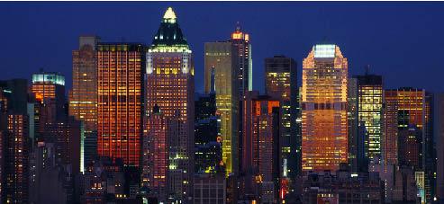 die Skyline von New York bei Nacht