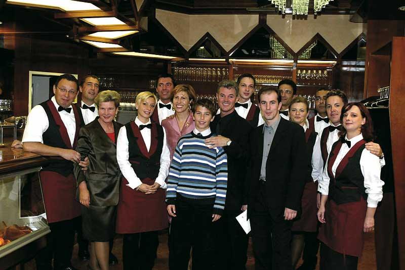 ein gruppenfoto der schatzi on main crew