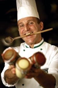 Raimund Pammer mit einem Kochlöffel im Mund