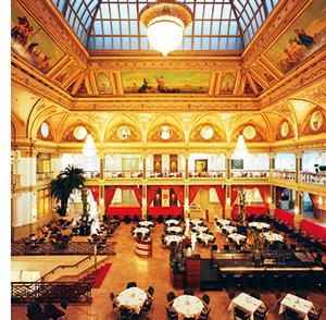 ein prunkvoller Saal des Steigenberger Hotels