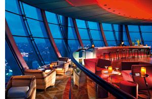 eine Runde Bar mit einem Ausblick über die Dächer der Stadt