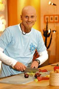 Ralf Zacherl beim Gemüse schneiden