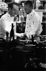 Dieter Müller mit einem Kollegen in der Küche