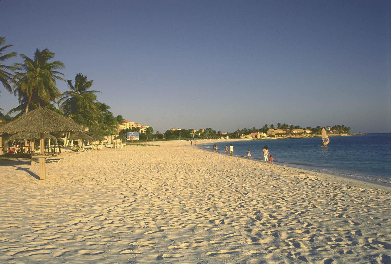 kilometerlange weisse sandstrände mit palmen und windsurfern