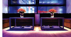 zwei Tische nebeneinander mit einer Blumenvase darauf