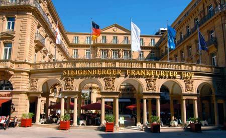 Frankfurter Hof von außen mit wehenden Fahnen