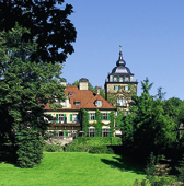 ein Schlosshotel versteckt im Wald