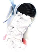 eine Waschmaschinenöffnung mit Weisswäsche