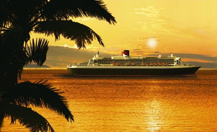 ein Kreuzfahrtschiff gleitet in den Sonnenuntergang, eine Palme und der brennende Himmel welcher sich im Meer spiegelt sind zu sehn