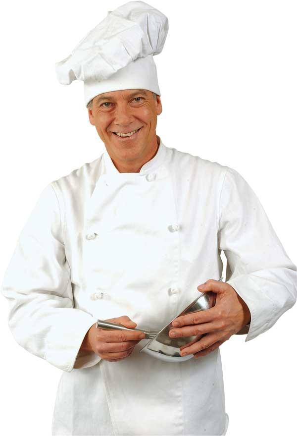 Ein Koch mit Schneebesen und Rührschüssel in den Händen