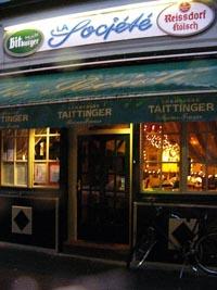 die Eingangstür eines Restaurants ist zu sehen, darüber hängt eine grüne Marquise