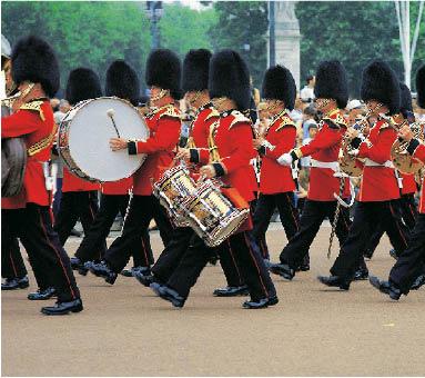england britische garde während eines marsches mit bärenfellmützen und instrumenten