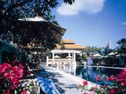 der Pool des Hotels mit Blumen