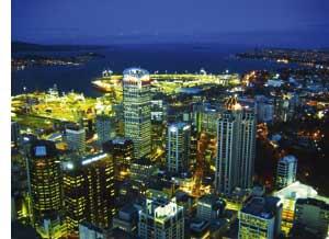 Skyline bei Nacht in einer Stadt in Neuseeland