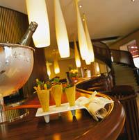 gekühlter Champagner und ein Aperitif stehen auf dem Tresen der Hotelbar