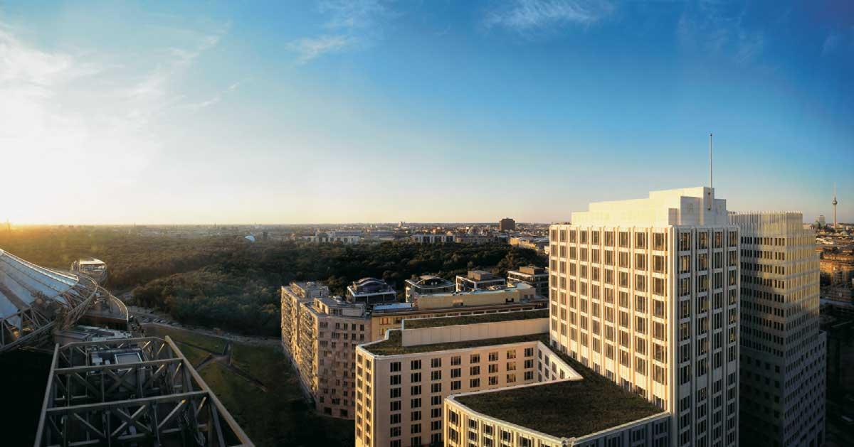 Das Hotel Ritz Carlton in Berlin aus der Vogelperspektive bei strahlend blauem Himmel