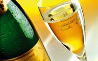 eine Flasche und ein Glas Champagner
