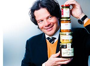 Michael Käfer mit gefüllten Einmachgläsern zu einem Turm gebildet