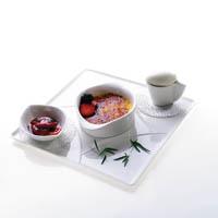 Crème brûlée mit Tomaten-Estragon-Confit und Ziegentopfeneis