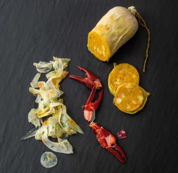Gelbwurst vom Flusskrebs im Rinderschlund mit Fenchel-Orangen-Salat
