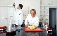 Heston Blumenthal mit einem Kollegen in der Küche