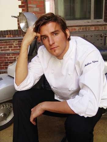 Matthias Gfrörer in weißer Kochjacke, den Kopf in den Arm gestützt