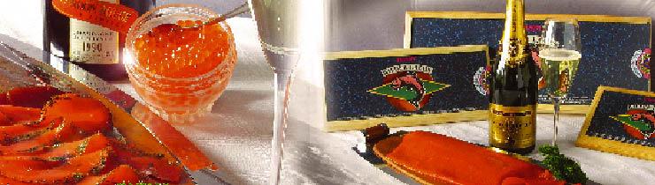 ein Lachs, roter Kavier und Champagner sind aufgedeckt