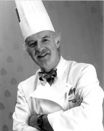 Spitzenkoch Anton Mosimann mit Kochmütze und Kochjacke und verschränkten Armen