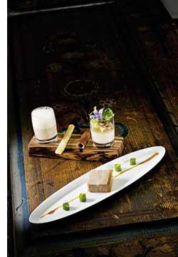 Gänsestopfleber – Forelle Marinierte Terrine mit Gelee von grünem Tee und Frisée Salat