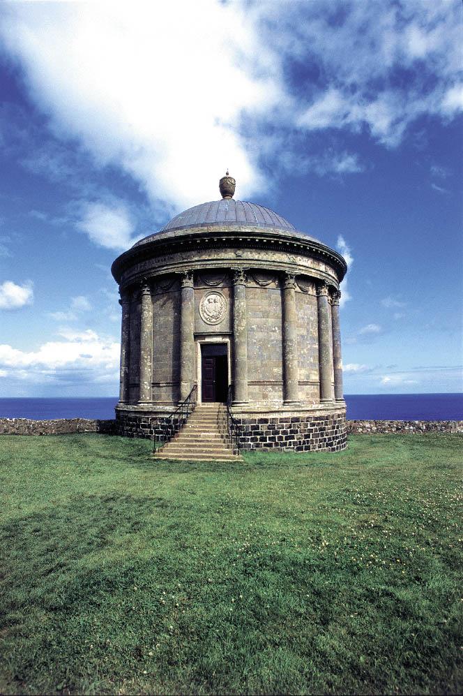 Ein Pavillon aus Stein an der Küste Irlands