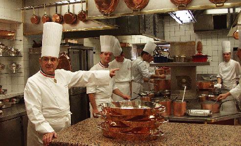 Paul Bocuse teilt die Arbeitszuweisung in der Küche ein