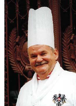 Franz Zodl lächelt mit Kochmütze und Uniform