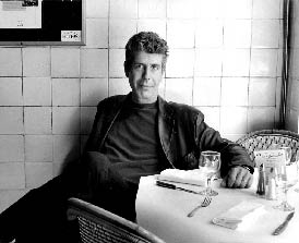 Anthony Bourdain sitzt entspannt in einem Cafehaus