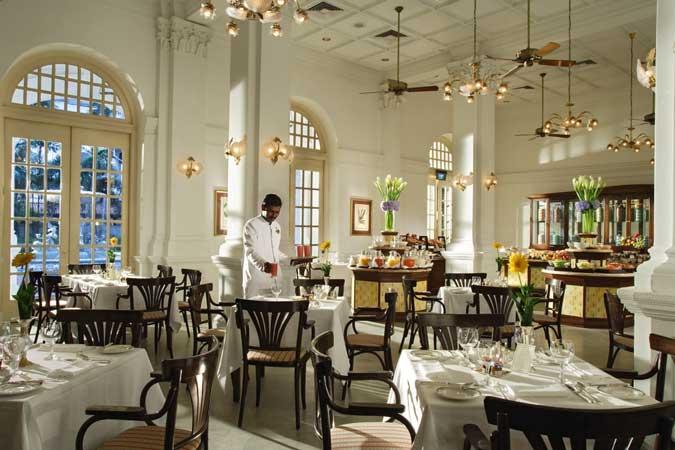 Das Raffles Cafe mit weißen Bistro tischen