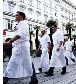 ein Aufmarsch der Köche, Köche in Berufskleidung marschieren durch Wiens Innenstadt