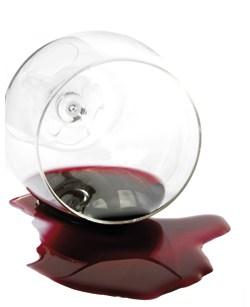 Bordeaux rinnt aus einem umgeleerten Weinglas