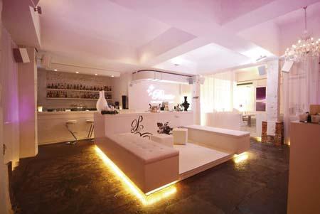 ein weißer Raum mit dezenter violetter Hintergrundbeleuchtung