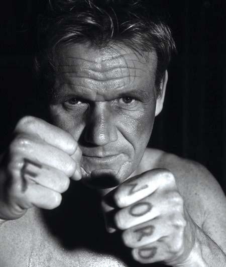 ein schwarzweißes Bild von Gordon Ramsay in Boxer Ausgangsstellung