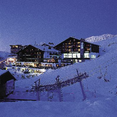 Hotel Hochgurgl im Winter bei Nacht