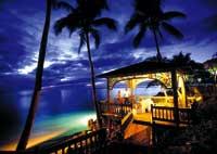 ein Pavillon beleuchtet bei Nacht am Strand