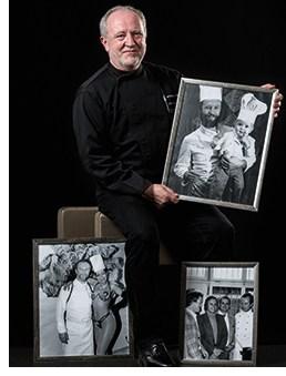 Otto Koch mit Bildern seiner Vergangenheit
