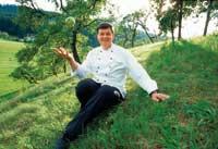 Harald Wohlfahrt sitzt auf einer grünen Weide