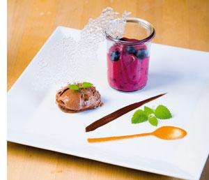 Mousse von Valrhona-Schokolade und Illy-Espresso mit Espuma von Jostabeeren